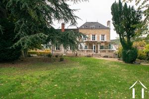 Mansion to renovate, large plot, swimming pool, cellars