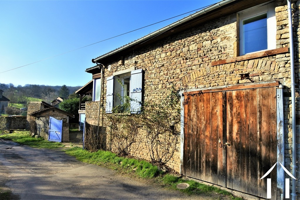 3 bedroom house with workshop and barn near to Cluny
